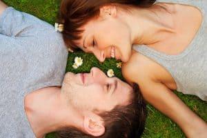 Ungt par udendørs