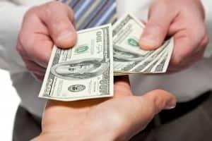Pengeselder skifter hånd. repræsenterende en som låner penge