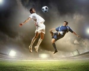 Fodboldspillere i duel på stadion