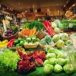 Frugter og grøntsager i supermarked