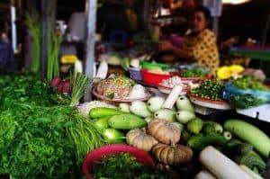 Marked med friske grøntsager