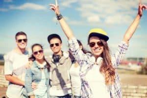 Unge mennesker med solbriller på solbeskinnet sommerdag