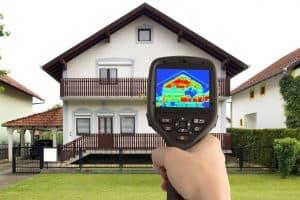 Infrarødt kamera viser varmetab i hus - energi