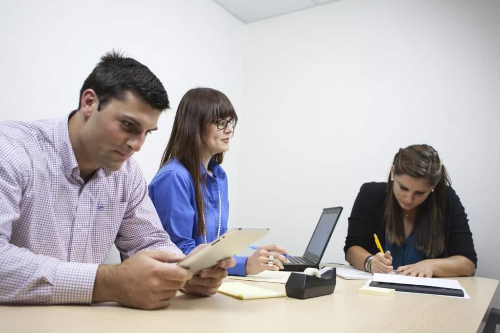 Tre unge mennesker i mødelokale