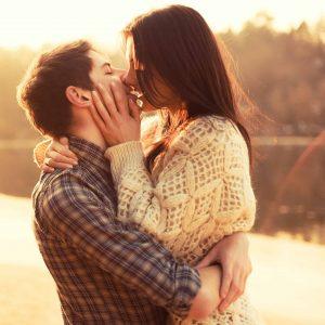 Par kysser foran stille sø - romantik