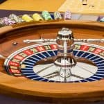 Roulette i træ omgivet af jetoner på et Casino