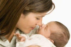 Baby og mor ved puslebord