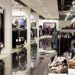 Tøjbutik med en masse tøjstativer